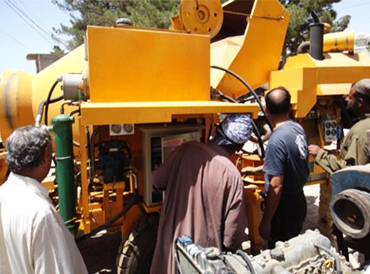 Trabajadores Embalan El Equipo De Bombeo De Concreto